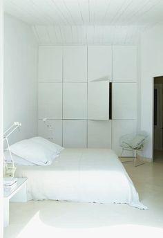 Le grand placard sur-mesure est superbe avec ses 12 portes... #white #Bedroom