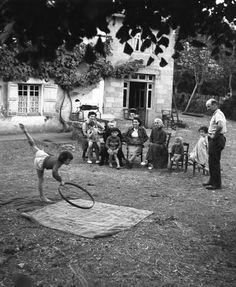 Annette danse chez les Boiffard 1952  ¤ Robert Doisneau   25 juillet 2015   Atelier Robert Doisneau   Site officiel