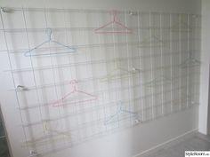 Vi renoverade tvättstugan och eftersom vi torkar det mesta av våra kläder på galgar så köpte vi armeringsjärn, målade den och satte uppe på väggen! Många plagg får det plats på och så står inte kläderna i vägen när de torkar! Flera bilder kommer . . .