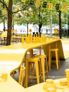 L'équipe d'ADHOC architectes présente à Montréal jusqu'en octobre 2020 le projet « Prenez place ! », sur la rue Sainte-Catherine Ouest, à l'angle de la rue Clark. Le projet est réalisé en collaboration avec les designers graphiques Maude Lescarbeau et Camille Blais. L'installation haute en couleur a été pensée pour accueillir en toute sécurité les citoyens qui se réapproprient le centre-ville de Montréal, suite à plusieurs semaines de confinement en lien avec la pandémie de la COVID-19...