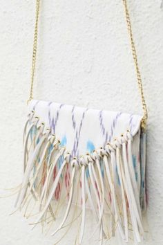 Fringed Bag Tutorial | We're completely in love with this super stylish DIY bag!