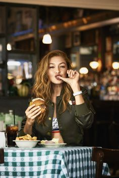 Super femme Gigi Hadid hits the streets of Manhattan, styled by Joanna Hillman in casual fall looks. Bjorn Iooss captures 'A Day in the Life of Gigi Hadid' for Harper's Bazaar US October Hair by Jennifer Yepez; makeup by Kabuki Gigi Hadid Tommy, Style Gigi Hadid, Gigi Hadid Outfits, Sport Food, Sara Foster, Shotting Photo, Foto Blog, How To Pose, Harpers Bazaar
