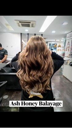 Highlights For Dark Brown Hair, Brown Blonde Hair, Colored Highlights, Hair Highlights, Hair Color For Morena Skin, Black Hair Video, Honey Balayage, Carmel Color, Chocolate Hair