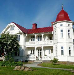swedish home Old Houses, Nice Houses, Swedish House, White Farmhouse, Swedish Design, Ship Lap Walls, Plank Flooring, Beautiful Homes, White Interiors