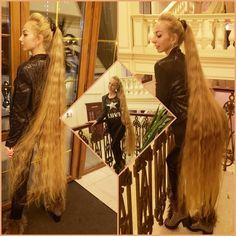 Obraz może zawierać: 3 osoby, ludzie stoją i w budynku Long Ponytail Hairstyles, Long Hair Ponytail, Long Ponytails, Girl Hairstyles, Beautiful Long Hair, Gorgeous Hair, Simply Beautiful, Balding Long Hair, Long Blond