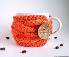 Que bonito suéter para la tasa :)