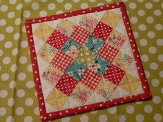 Great Granny Square Mug Rug made from the tutorial at Bee in my Bonnet Click . Small Quilt Projects, Quilting Projects, Quilting Designs, Sewing Projects, Quilting Ideas, Mini Quilt Patterns, Mug Rug Patterns, Small Quilts, Mini Quilts