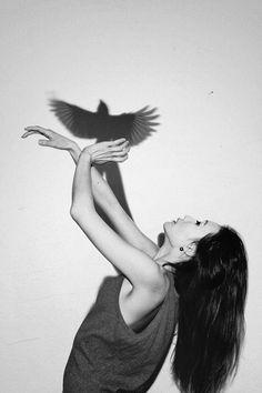 On a affaire à une rêveuse totalement déconnectée de la réalité, en sautant elle a du penser qu'elle s'envolerait.