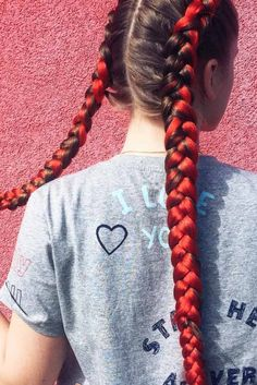 Kanekalon braiding hair is the perfect way out for those who lack natural length to create some complex braided hairdos. These hair extensions are so popular due to their softness and variety of colors and lengths.