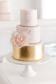 Metallic wedding cakes have been the hottest trend during several years and they still are! Why are they so fashionable? A metallic cake looks very eye-catching, it can fit many wedding styles and can become a real masterpiece – not only tasty. Beautiful Wedding Cakes, Gorgeous Cakes, Pretty Cakes, Amazing Cakes, Metallic Wedding Cakes, Pink And Gold Wedding, Wedding Cake Gold, Bolo Cake, Wedding Cake Inspiration