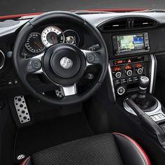 Toyota GT86 2017 Cupê esportivo da marca japonesa é o herdeiro de modelos clássicos e nervosos como o 2000GT and AE86 Corolla. O GT86 tem a receita tradicional de esportivos: compacto motor dianteiro tração traseira e baixo centro de gravidade. No caso é um 2.0 16V DOHC derivado da Subaru naturalmente aspirado com 200 cavalos e 210 Nm de torque acoplaco com transmissão automáica ou manual de seis marchas. 0 a 100 km/hem 7.6 com o manual e 8.2 no automático.  #CarroEsporteClube #Toyota #GT86