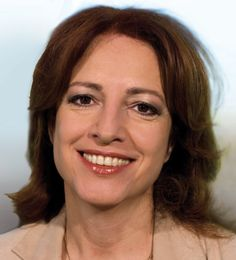 Paula Patricio 20-01-1958 Portugees-Nederlands presentatrice. Na een studie Frans begon Paula Patricio als actrice. Patricio was voor het eerst op de Nederlandse televisie te zien in een gastrol in de destijds zeer populaire Nederlandse comedyserie Zeg 'ns Aaa. Hierna werd ze omroepster bij de VARA. Ook presenteerde ze diverse programma's voor de VARA, zoals het TV-Werkjournaal en VARA's Belastingshow. https://youtu.be/sM13gc458kQ