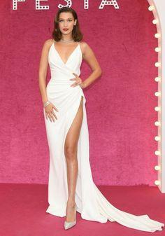 30 июня. На вторую ночь празднования Булгари в Венеции Белла Хадид выбрала классическое белое платье с дерзким хип-высоким расколом.