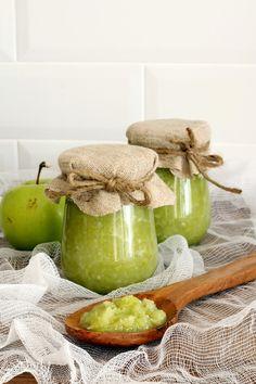 """Зеленая """"аджика"""" - ПОНАДОБИТСЯ:  - 1 кг зеленых яблок - 1 кг зеленого болгарского перца - 200 гр чеснока - 1 стакан сахара - 0,5 стакана 9% уксуса - 2 столовые ложки соли - острый стручковый перец - по желанию"""