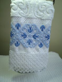 Marca: Karsten, 99% algodão e 1% viscose Medida: 33 x 50cm Cor: branca (Melina) Trabalho: Ponto reto O trabalho pode ser feito na cor que o cliente desejar Cores de toalha disponíveis; branca e creme