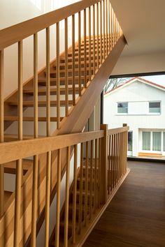 Wohnen am Templiner See, Schwebendes Doppelhaus, Blick ins Treppenhaus, hochwertiger Vinylboden und Holztreppe Stairs, Home Decor, Wood Stairs, Levitate, Architects, Boden, Projects, Stairway, Decoration Home