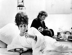 """""""Brandung"""" bzw. """"Boom"""" nach einem Bühnenstück von Tenesse Williams ist sicherlich einer ihres besten """"Camp-Filme"""": Sie zu jung, zu vital und zu schön, um als dem Tod geweihte Millionärin glaubhaft zu sein, Richard Burton zu abgerockt, zu alt und zu betrunken, um als jüngerer Lover auch nur einen Hauch glaubhaft zu sein. Aber sie hat tolle Filmmomente. Großartiger Kitsch!"""