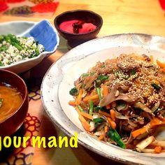 昨晩の… 韓国春雨を買っておいたから、久しぶりにチャプチェ(^○^) いっぱい作っても、すぐなくなっちゃうーˉ̞̭ ( ›◡ु‹ ) ˄̻̊ これにコチュジャンいっぱい付けてたべるの〜♡  おかなちゃん、またつくフォトしちゃいました〜(*^m^*) ムフッ  白和えが食べたくなり…菜の花で♪ もやしのスープは、すりおろしニンニク・味噌入りで♪ 赤カブの千枚漬け の夜ごはん - 163件のもぐもぐ - おかなちゃんの簡単♡本格チャプチェ、菜の花の白和え、もやしのニンニク味噌スープ by gourmand