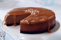 Vous cherchez un dessert au chocolat qui ne laissera personne indifférent? En vois un! Ce gâteau au fromage au chocolat crémeux et au caramel sucré-salé ne pourra que ravir vos convives. Le meilleur du fromage et du chocolat réuni dans un même dessert.