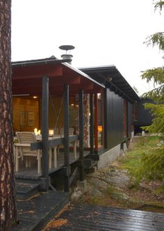 Huset fra 60-tallet er tegnet av professor Are Vesterlid.Terrassen er overbygd og ligger vegg-i-vegg med stuearealet. Gazebo, Villa, Outdoor Structures, Windows, Architecture, Wood, Decking, Houses, Nature