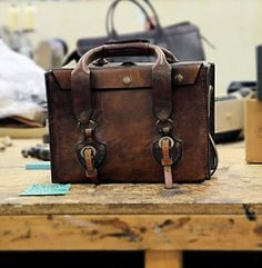 1976 camera bag by Frank Clegg Vintage leather. My Bags, Purses And Bags, Stylish Camera Bags, Look Fashion, Mens Fashion, Mein Style, Vintage Leather, Vintage Bag, Classic Leather