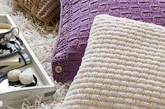 Ein Kissen für ein gemütlicheres Zuhause. Wir zeigen Ihnen, wie Sie dieses dekorative und gemütliche Kissen aus weicher Merinowolle ganz einfach nachstricken können.