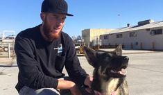 釣り船から海に落ちてしまった子犬が、生きて飼い主との再会を果たしました。行方不明になっていた期間は、なんと5週間。飼い主さんが「死んでしまった」と諦めていたところでの、奇跡の再会です。 image by FOX 5 San Diego - Navy finds dog thought to be lost at sea for 5 weeks / Facebook 奇跡の生還を果たしたのは、1歳半の女のコ犬、ルナ(Luna、ジャーマン・シェパードとハスキーとのミックス)。今年2月10日にカリフォルニア州サンクレメンテ島の2マイル沖で釣り船から転落、行方不明になっていました。 飼い主のヘイワースさん(Nick Hayworth)はすぐに、近くのコロナド海軍基地に協力を要請。「ルナはとても力のあるスイマーで、岸に向かって泳いでくると90%の確率で確信している」と説明したそうです。これを受けて海軍は付近の捜索を開始しましたが、残念ながらルナの発見には至りませんでした。1週間が何の音沙汰もないまま過ぎたため、ヘイワースさんはルナがもう死んだものと諦めてしまいます。 しかし約5週...