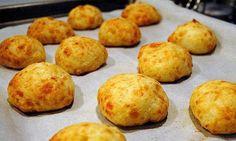 Ιδέα για κολατσιο στο σχολειο: Βραζιλιανικα Τυροψωμάκια Υλικα 350 γρ. αλεύρι σταρένιο 25 γρ. μαγιά στεγνή σε σκόνη 1 κρεμμύδι τριμμένο στον τρίφτη 1 κουταλάκι μαϊντανός ξερός 2 αυγά χτυπημένα 220 γρ. τυριά ανάμεικτα, τριμμένα 2/3 του φλιτζανιού ελαιόλαδο 1/2 φλιτζάνι νερό χλιαρό ελάχιστο αλάτι,