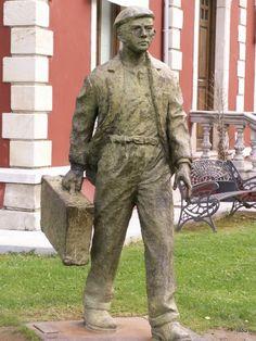 Escultura próximo à ponte romana em Cangas de Onís, Astúrias, Espanha.  7389206