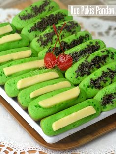 Kue Pukis Pandan, i like it but sometimes so difficult to find taste what i want. Indonesian Desserts, Indonesian Cuisine, Asian Desserts, Indonesian Recipes, Savory Snacks, Snack Recipes, Cooking Recipes, Malay Food, Traditional Cakes