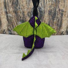 Baby Draak Tinyhouse Bag, Vogelhuis Breitas / projecttas, voor breiwerk, haakwerk etc by FiberRachel on Etsy Kinds Of Colors, The Last Picture Show, Baby Dragon, Yarn Bowl, World Of Color, Knitted Bags, Knit Or Crochet, Birdhouse, Knitting Socks