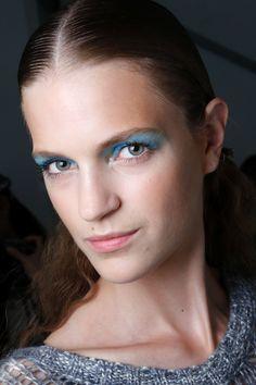 Las claves del color de las tendencias de belleza vistas en NYFW: la mirada acuática de Monique Lhuilleir