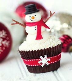 christmas cupcakes Here are 7 adorable snowman cupcake ideas. examples for all your cute Christmas cupcake creations! Snowman Cake, Snowman Cupcakes, Holiday Cupcakes, Holiday Treats, Thanksgiving Cupcakes, Disney Cupcakes, Ladybug Cupcakes, Kitty Cupcakes, Princess Cupcakes