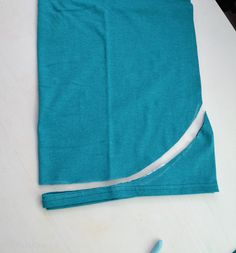 Here is another easy shirt for you to make in less than 5 minutes. Today marks day 40 of the 90 day challenge that I set up for mys. Diy Shirts No Sew, T Shirt Diy, Tee Shirts, T Shirt Remake, Diy Crafts Quotes, Cut Up T Shirt, T Shirt Hacks, Diy Clothes Refashion, Diy Tank