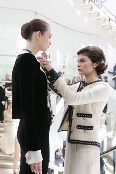 timeless fashion pieces the Chanel jacket . Coco Chanel Dresses, Chanel Outfit, Chanel Fashion, Timeless Fashion, Retro Fashion, Vintage Fashion, Estilo Coco Chanel, Coco Chanel Style, Chanel Chanel