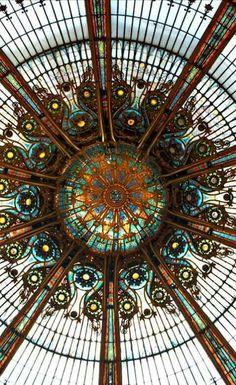 Voici un magnifique mandala. La coupole des Galeries Layette à Paris