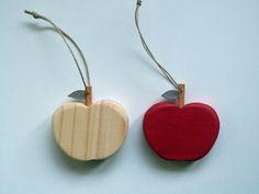 """Décoration """"Pomme"""" en bois recyclé à suspendre : Accessoires de maison par madame-ki"""