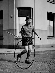 Buiten spelen - Hoepelen. Wij waren van een latere generatie en hoepelden met een fietswiel. foto»Kees Scherer