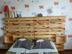Tête de lit en palette avec rangements  http://www.homelisty.com/meuble-en-palette/
