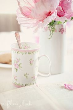 DIY: Shabby Crepe and Watercolor Flower Tutorial Cottage Shabby Chic, Rose Cottage, Shabby Chic Interiors, Shabby Chic Decor, Romantic Cottage, Cottage Style, Romantic Table, Watercolor Flowers Tutorial, Paper Flower Tutorial