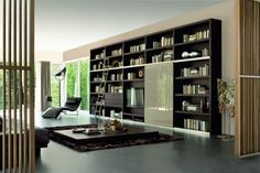 une bibliothèque contemporaine noire dans le salon spacieux