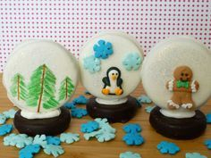 Edible snow globes How to make adorable edible snowglobes out of chocolate sandwich cookies. All you need is a white fudge covered Oreo, a Grasshopper Fudge Mint cookie, vanilla candy melts, and assorted cookie icy decorations such as sprinkles and edible glitter. You can also use food safe markers if you'd like to draw on your snowglobe. Spoon on some warm candy melts, sprinkler the sugar to form a snow bank and perch the penguin on top of it.