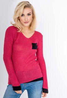 Pohodlný dámske pletený sveter v červenej farbe. Sveter má okrúhly výstrih, má kontrastný lem na rukávoch a v spodnej časti a čierne vrecko na hrudi. Dostupný vo veľkosti UNI, vhodný ak bežne nosíte veľkosti S, M alebo L. Modeling, Pullover, Sweaters, Fashion, Moda, Modeling Photography, Fashion Styles, Sweater, Models