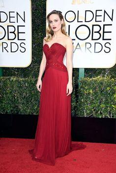 Looks Golden Globes 2017 – Red Carpet Globo de Ouro   Brie Larson de magnífico vestido vinho Rodarte http://modaefeminices.com.br/2017/01/08/looks-golden-globes-2017-red-carpet-globo-de-ouro/