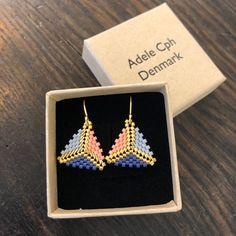 Adele Cph Triangle Ørekroge / Trefarvet m. Bead Jewellery, Seed Bead Jewelry, Beaded Jewelry, Bead Earrings, Bead Embroidery Jewelry, Beaded Embroidery, Bijoux Diy, Necklaces, Rings