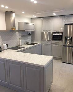 포세린타일, 투톤싱크대, 구로철판으로 꾸며진 군더더기 없는 깔끔한 주방, 연휴끝 이제일합시당...#주방인테리어#구조변경#인테리어#타일#주방#키친#리빙#인테리어회사#아파트인테리어#리모델링#인테리어디자이너#아파트리모델링#카민디자인 Kitchen Interior, Interior Design Living Room, Kitchen Decor, Interior Decorating, Modern Interior Design, Kitchen Remodel, Kitchen Cabinets, Decoration, Home Decor