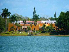O hotel Villas Arqueológicas Cobá está localizado na linda Riviera Maya, você encontrará belos jardins e uma vista impressionante para um dos lagos que rodeiam a região arqueológica de Cobá. Foi construído em meio a uma vegetão abundante, isso lhe torna atrativo para os amantes da natureza e da tranquilidade longe do barulho e atividade intensa.