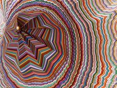 El artista realiza esculturas y cuadros llenos de color, gamas cromáticas, geometrías y profundidades diversas, consiguiendo un efecto visual espectacular, ...