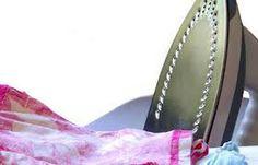Wil je sneller kunnen strijken? Leg een stuk aluminiumfolie tussen de strijkplank en de hoes. Folie absorbeert hitte en kaatst dit terug op je kleding! #tip #strijken Voor meer handige tips zie onze site: www.hulpstudent.nl
