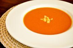 Sopa de tomates  1 cenoura grande em fatias finas  1 cebola picada  1 alho picado  2 colheres (sopa) de manteiga  1 pitada de orégano  1 colher (chá) de açúcar mascavo  1 ½ litro de caldo de legumes  10 a 12 tomates italianos grandes e maduros picados, sem pele e sem sementes  1 colher (sopa) de extrato de tomate  4 colheres (sopa) de arroz cru  1 colher (sopa) de molho inglês  4 colheres (sopa) de creme de leite fresco